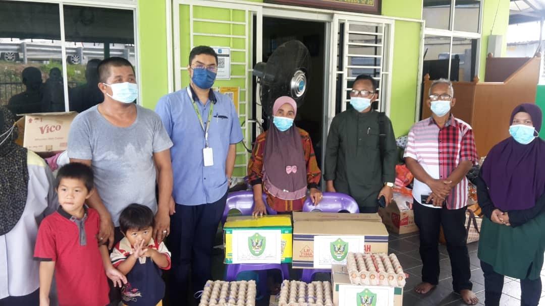 Penyerahan DBKU Cares Kit kepada keluarga mangsa kebakaran rumah di Kampung Sg. …