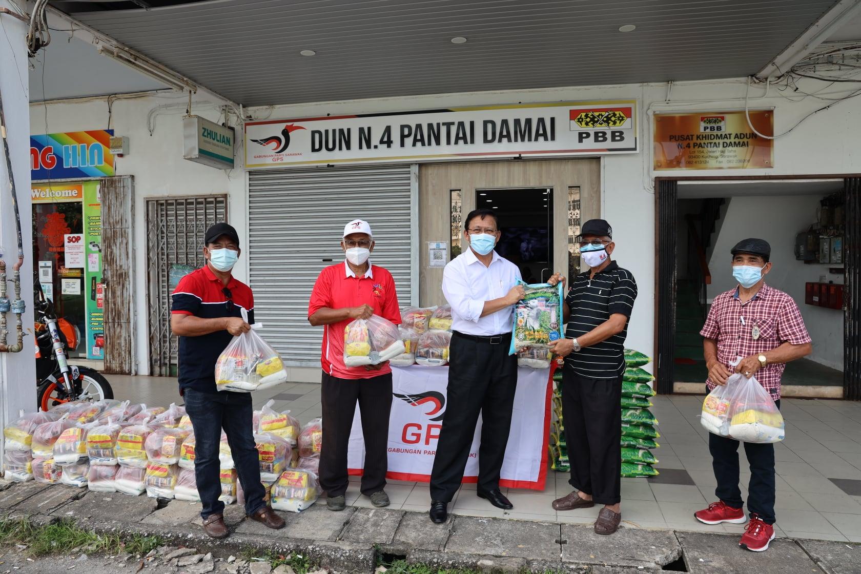 Menyampaikan Bantuan Bekalan Makanan Sarawakku Sayang kepada Ketua-Ketua Kaum da…