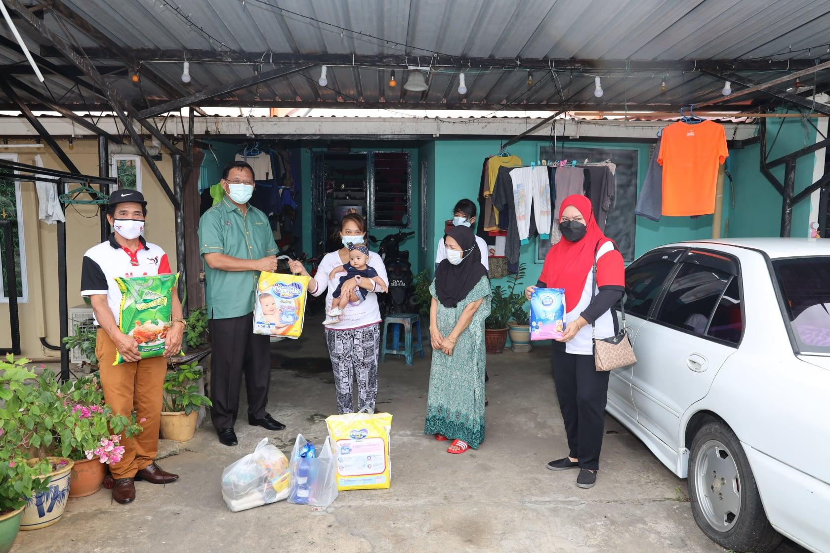 Menghantar bantuan bekalan makanan asas, pampers dan susu kanak-kanak kepada kel…