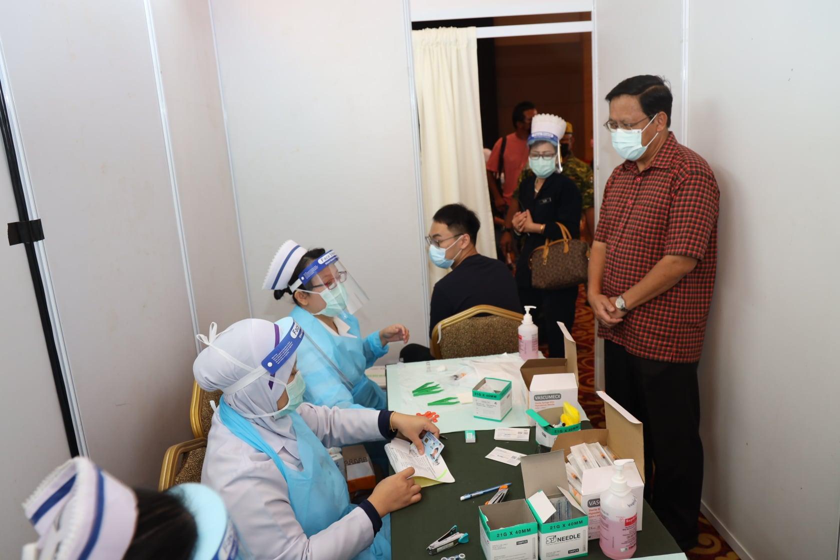Melawat Pusat Pemberian Vaksin di Dewan Majma' Majlis Islam Sarawak yang menjadi…